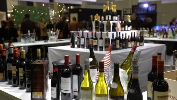 Mnoho sběratelských lahví vína na stole.