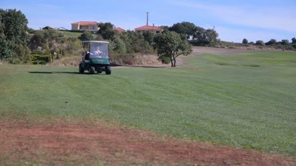 Die Golfspielerin verwendet ein Golf-Car auf Golfplatz