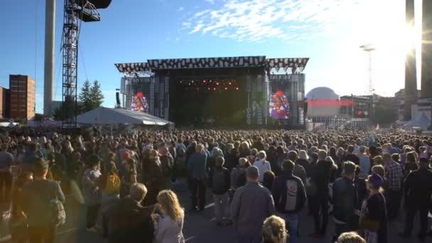 Obrovský dav v přední části velké pódium