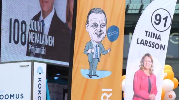 Předvolebních plakátů a vlajky na ulicích Helsinky během předvolební kampaně