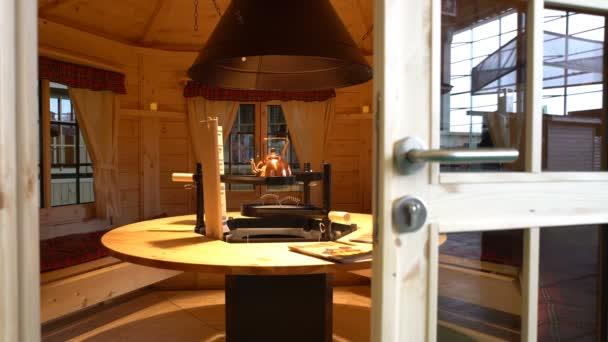 arbour moderno diseñado con cómodos muebles de jardín — Vídeo de ...