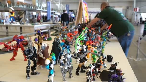 Mnoho Lego Monster transformátory na výstavě hraček pro děti i dospělé