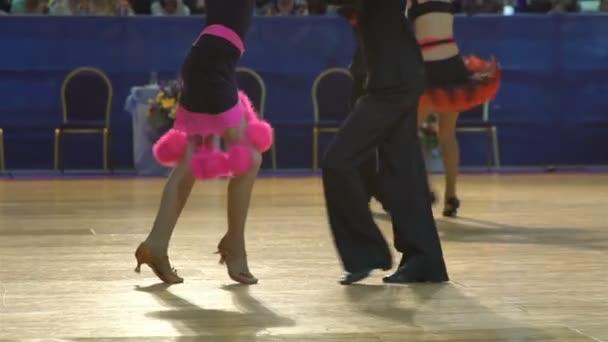 Sok tizenéves párok hűvös tánc, Latin tánc a bálteremben. Lassú mozgás.