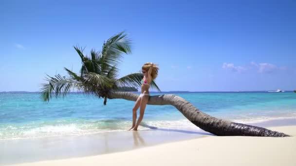schöne schlanke junge Frau genießt Urlaub an einem tropischen Strand.