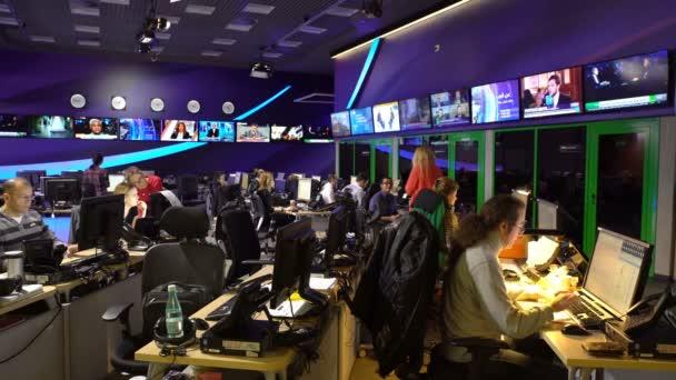Reporter und Redakteure arbeiten in der Redaktion des internationalen Fernsehsenders