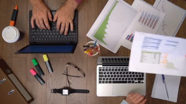 Obchodní tým pracuje společně u stolu. Pohled shora.