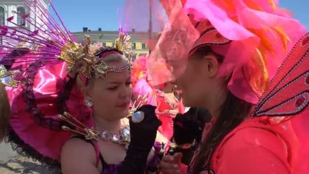 Nők visel a fantasztikus Farsangi jelmezek a Samba a karnevál idején