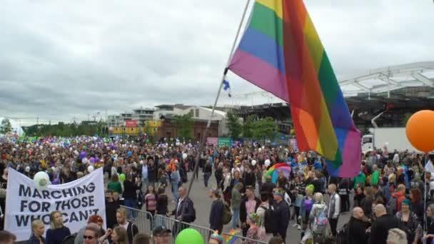 Duhová vlajka. Tisíce lidí v solidaritě během Gay pride parade.