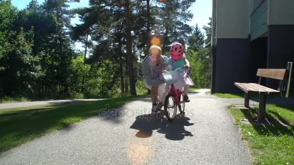 Dad Teaches his Daughter to Ride a Bike