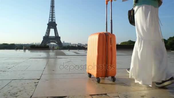 A nő a narancssárga bőröndöm utazás Párizsba