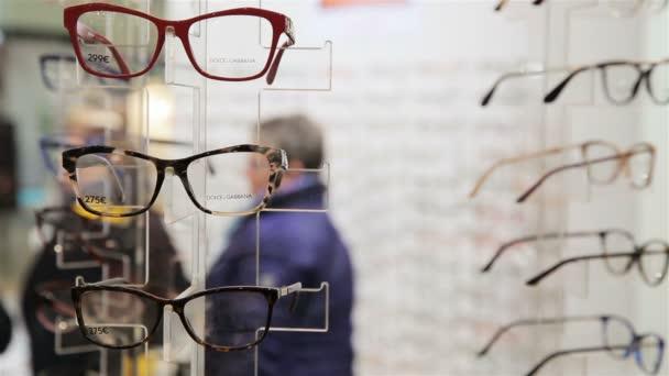 Kupující výběru nové optické brýle v optik obchod.