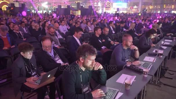 Spousta diváků poslouchat řeči reproduktory v obrovské hale