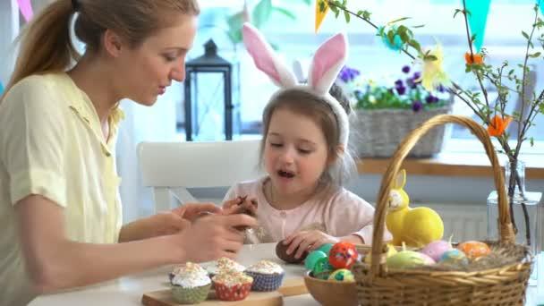 Anya és lánya eszik csokoládé húsvéti tojások