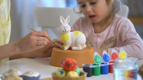 Boldog húsvéti anya és vele a kis lányom festés húsvéti nyuszi nyuszi füle