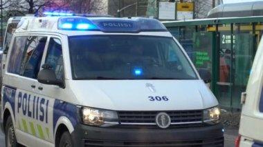 Policejní auta s blikající světla pohybující se po centru města