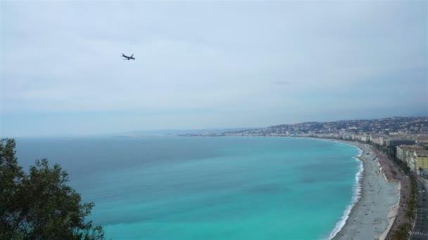 Flieing letadlo nad zátoce andělů, Nice, Provence, Cote dazur, Francie