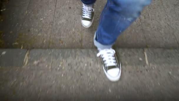 muž s modrou srdcovky a sneaker boty v schodiště