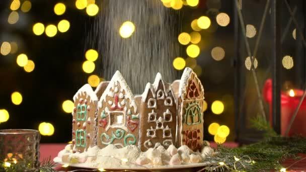 Jeges cukor esik a karácsonyi mézeskalács ház, mint a hó esik.