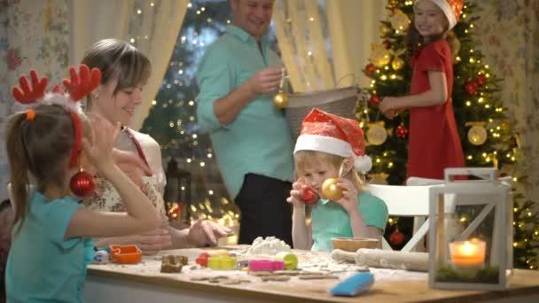 Familie backt Weihnachtsplätzchen.