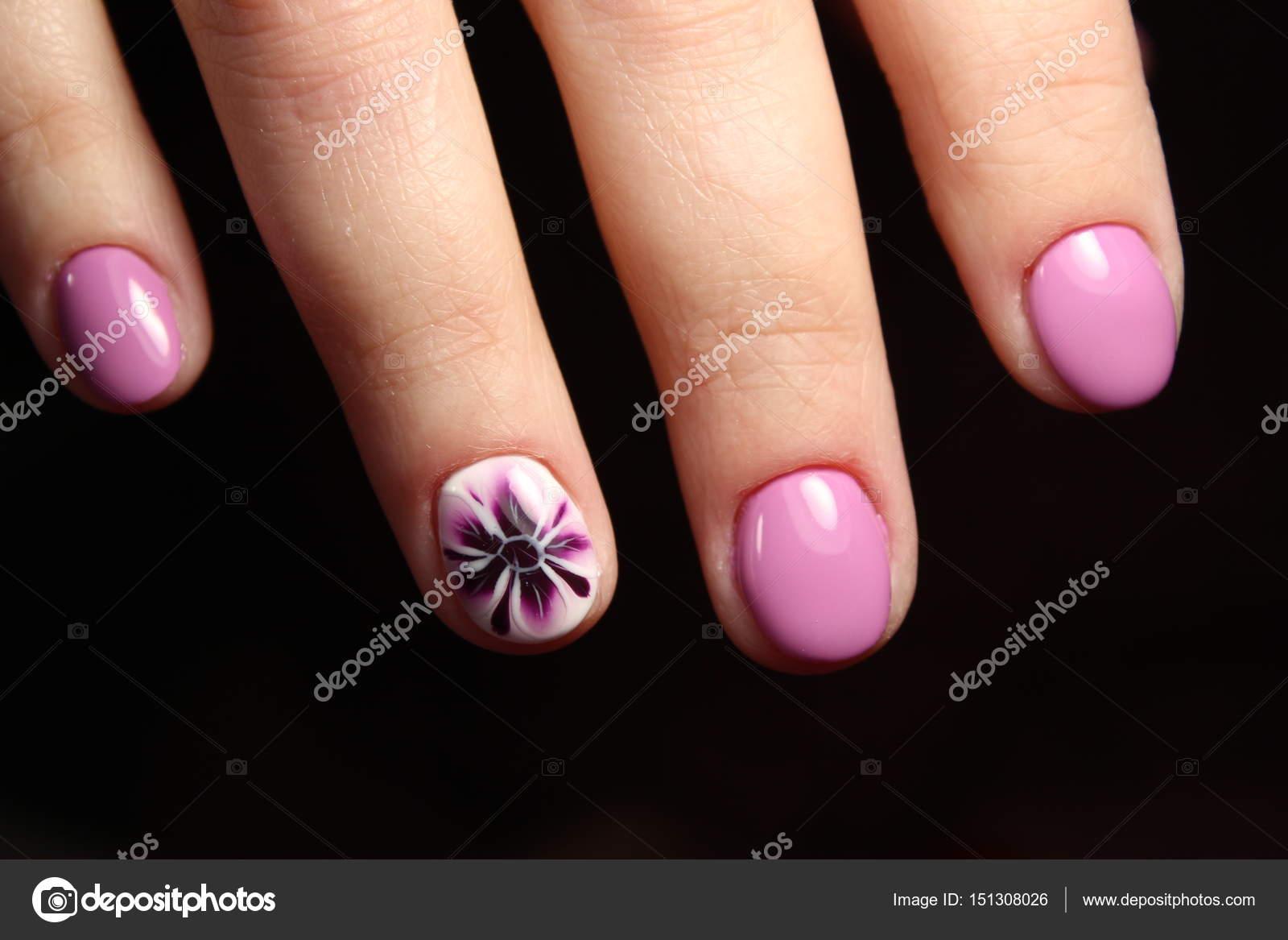 Diseno De Manicura Elegante En Color Lila Foto De Stock - Manicuras-elegantes