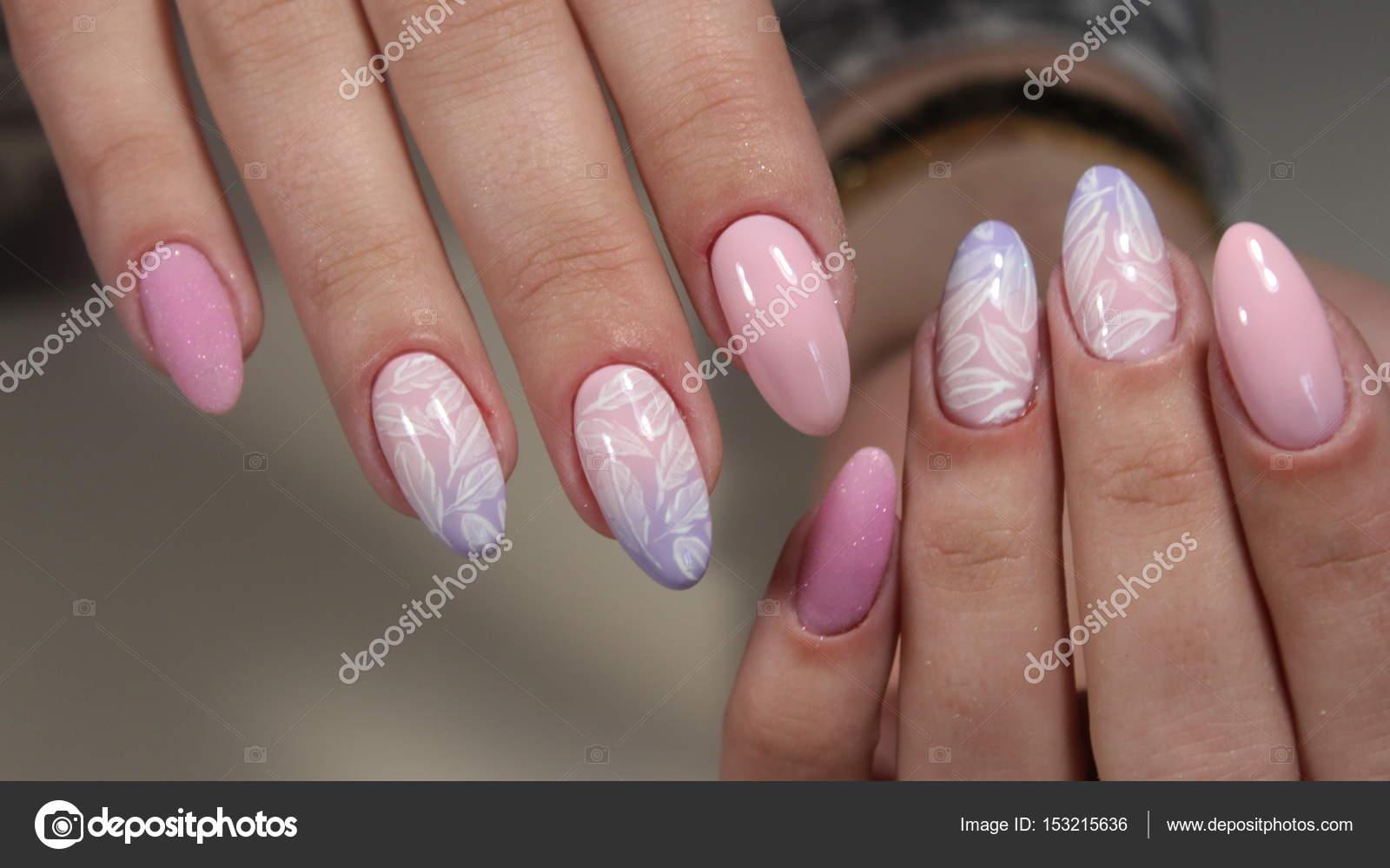 Maniküre Design mit einem Muster auf den Nägeln — Stockfoto ...