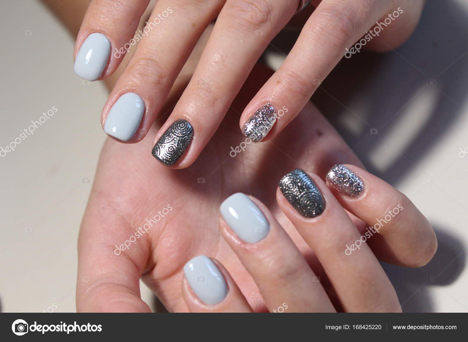 Zartes Design Maniküre für lange Nägel — Stockfoto © SmirMaxStock ...