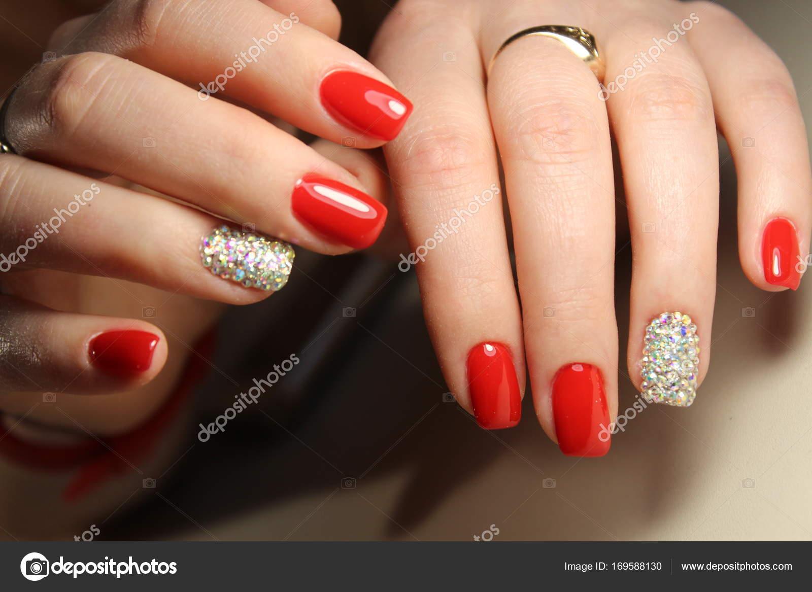 Маникюр ногтей дизайн красный со стразами — Стоковое фото ...