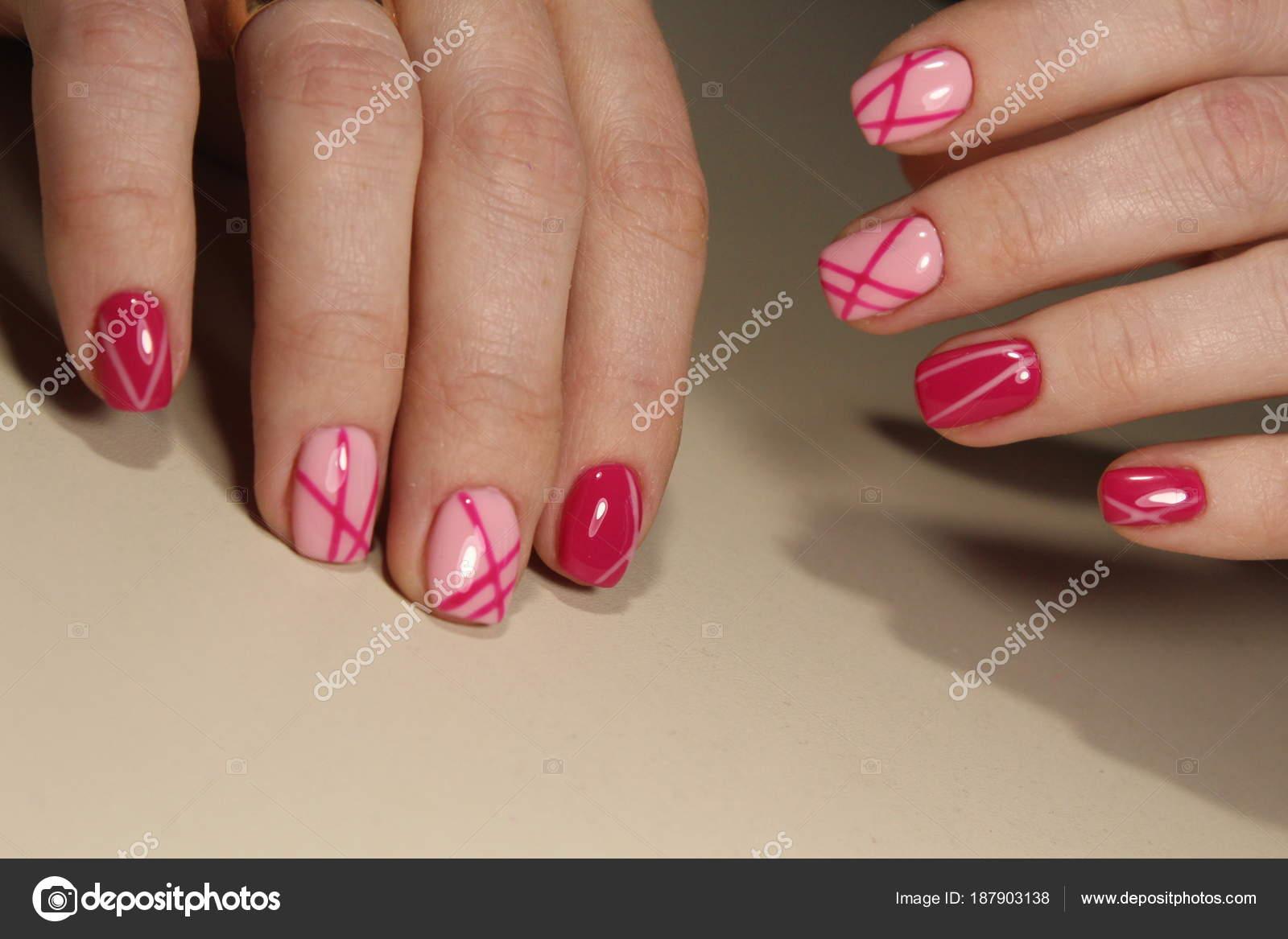 Manicura De Uñas Rosa Foto De Stock Smirmaxstock 187903138