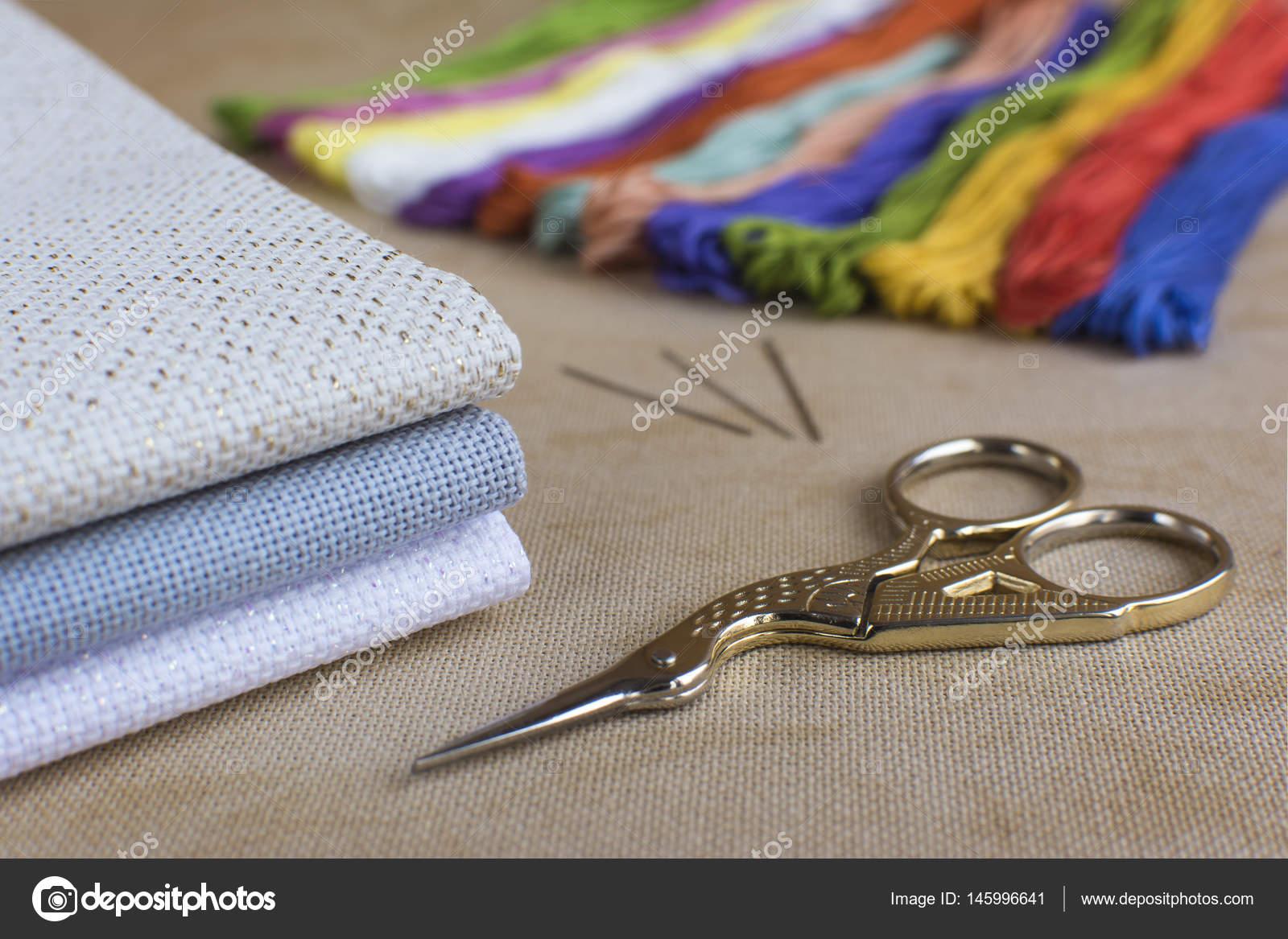 Ricamare A Punto Croce Su Lino.Kit Di Ricamo E Punto Croce Su Uno Sfondo Di Lino Naturale Foto