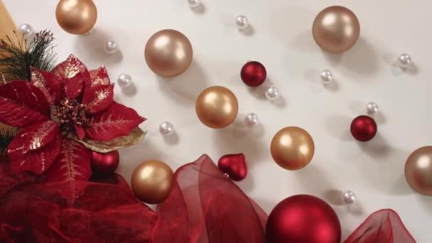 Vánoční skladba ve zlatých a červených tónech. Výstřel v rozlišení 4K. Horní pohled.