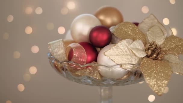 Vánoční kompozice dekorativních kuliček ve skleněné váze, video
