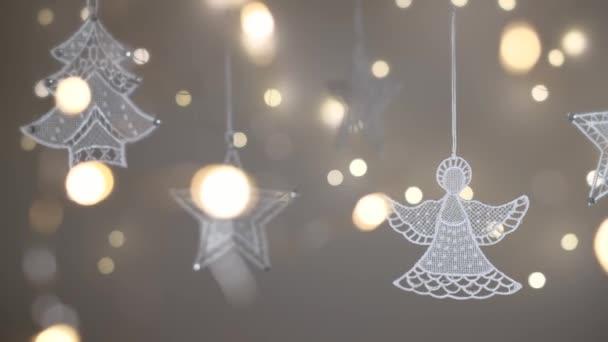 Vánoční krajkové ozdoby s rozostřenými světly v popředí a na pozadí. Výstřel v rozlišení 4K. Mělká hloubka pole.