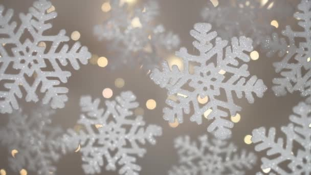 Vánoční kompozice. Sněhové vločky s rozostřenými světly v pozadí. Mělká hloubka pole.