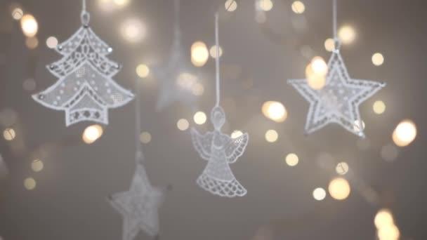 Vánoční krajkové ozdoby s rozostřenými světly v popředí a na pozadí. Panenka s rozlišením 4K. Mělká hloubka pole.