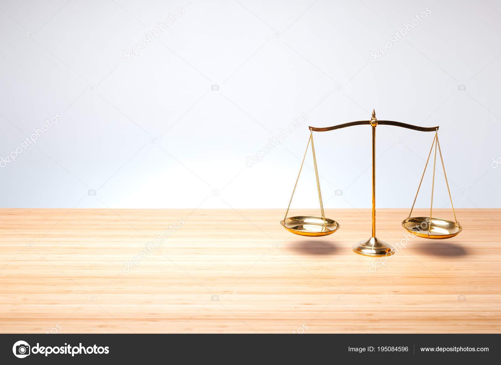 Échelle de solde sur le bureau en bois u photographie zendograph