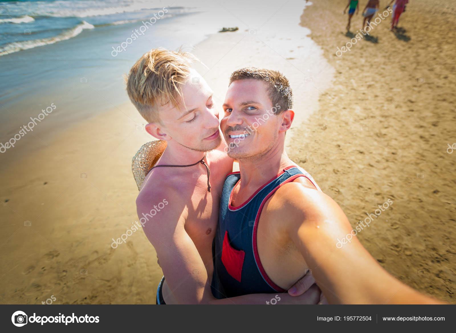 На пляже гей