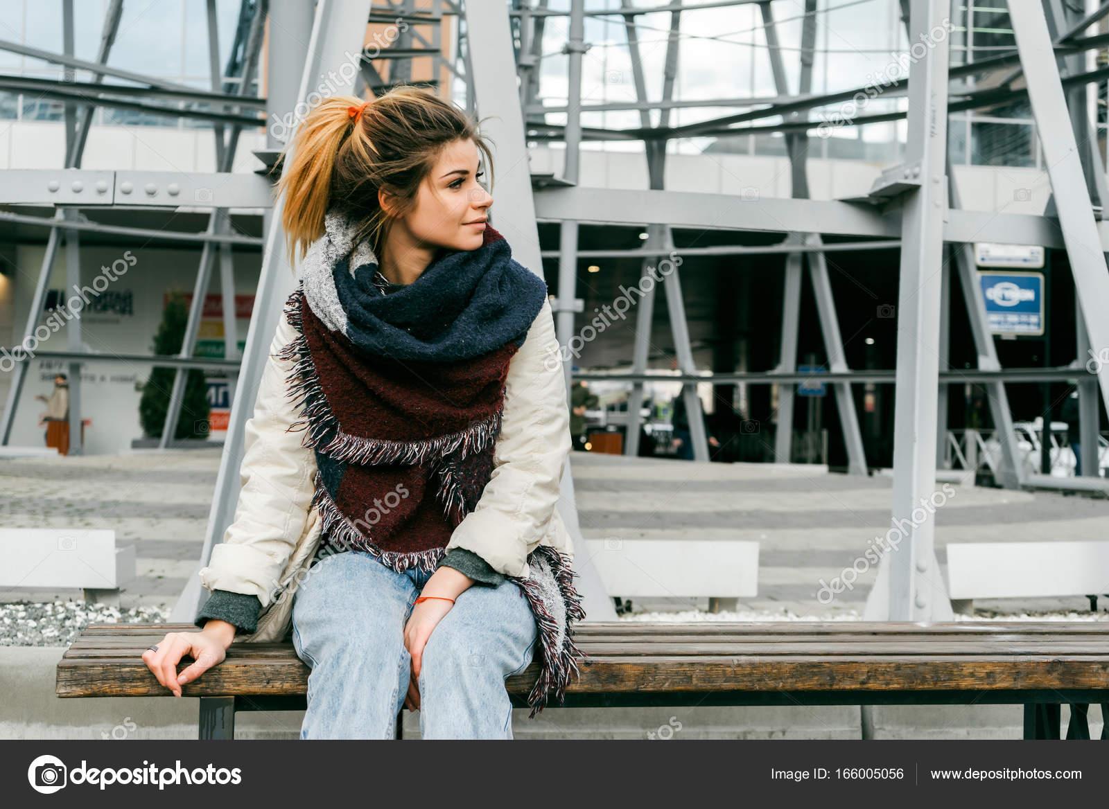 Женщина красивая сидит на скамье — pic 3