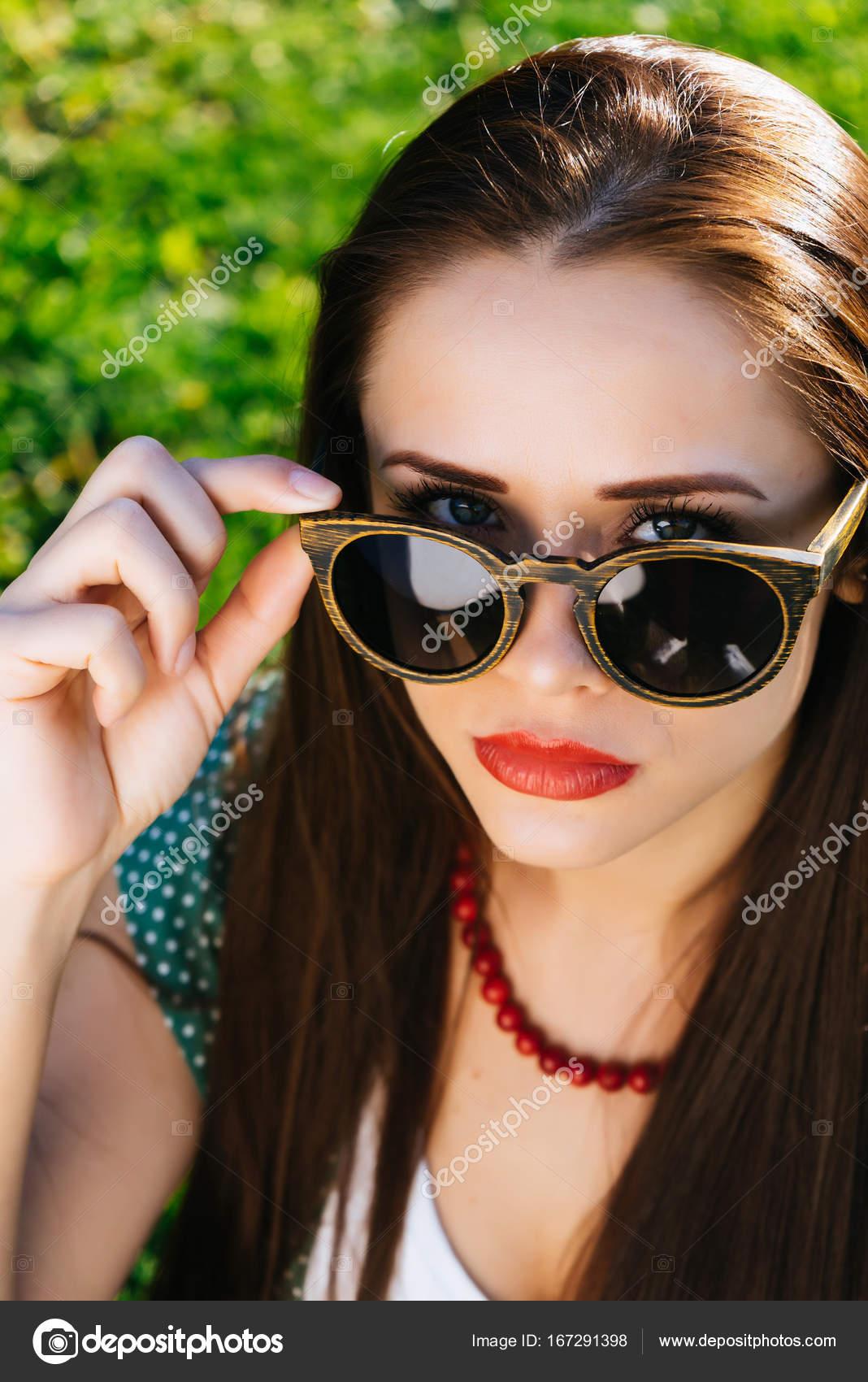 selezione migliore 11513 3cf84 Donna in vetri, ragazza con occhiali da sole, copyspace ...