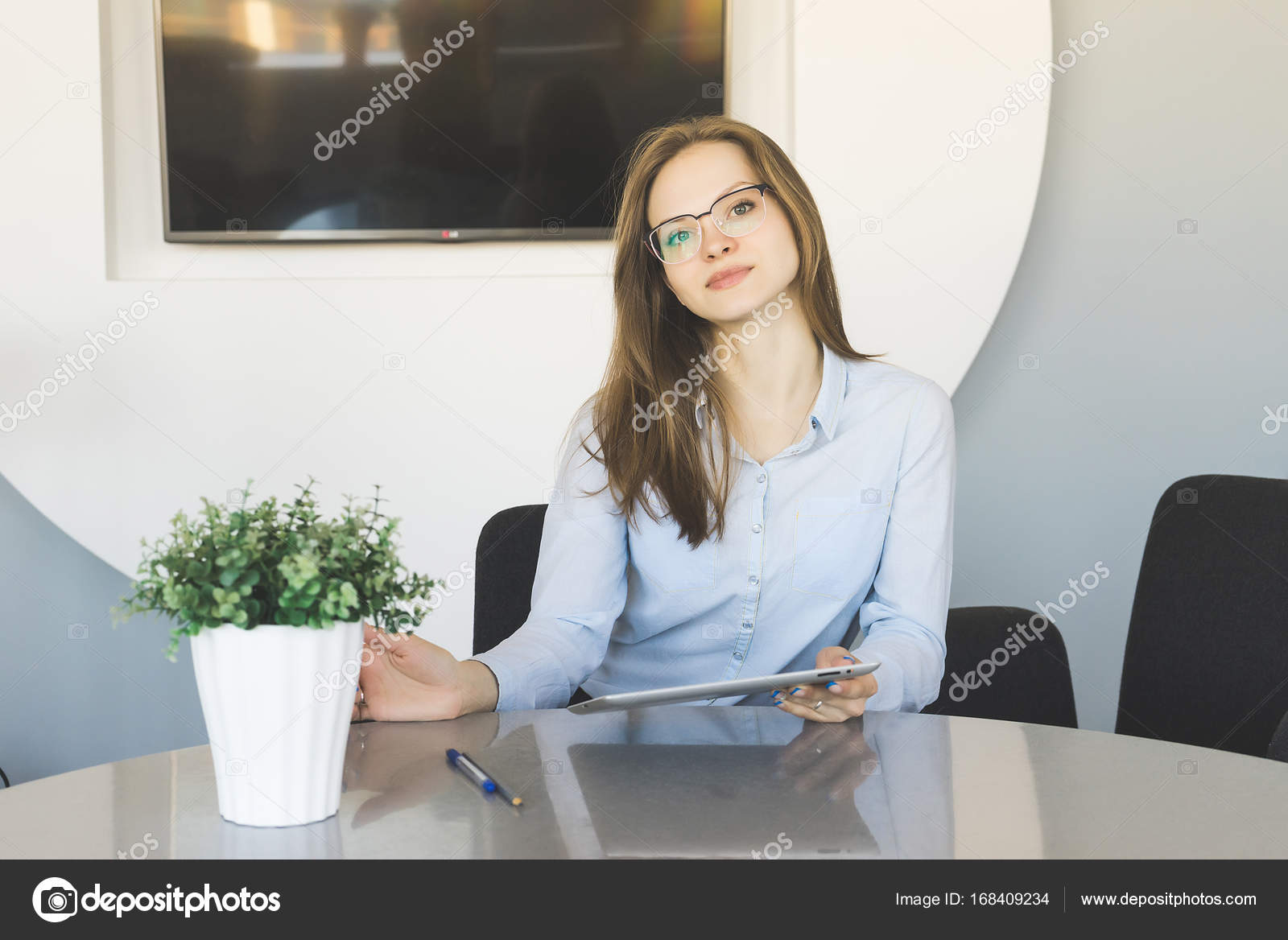 Скачать телка сидит под столом