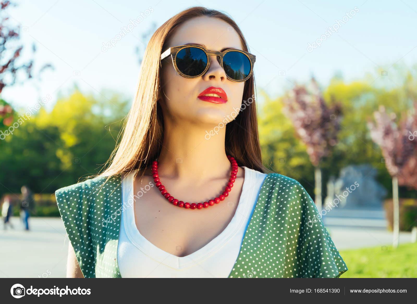 selezione migliore 0be8c 18ffe Donna gioiosa moda stile in bicchieri. Ragazza con occhiali ...