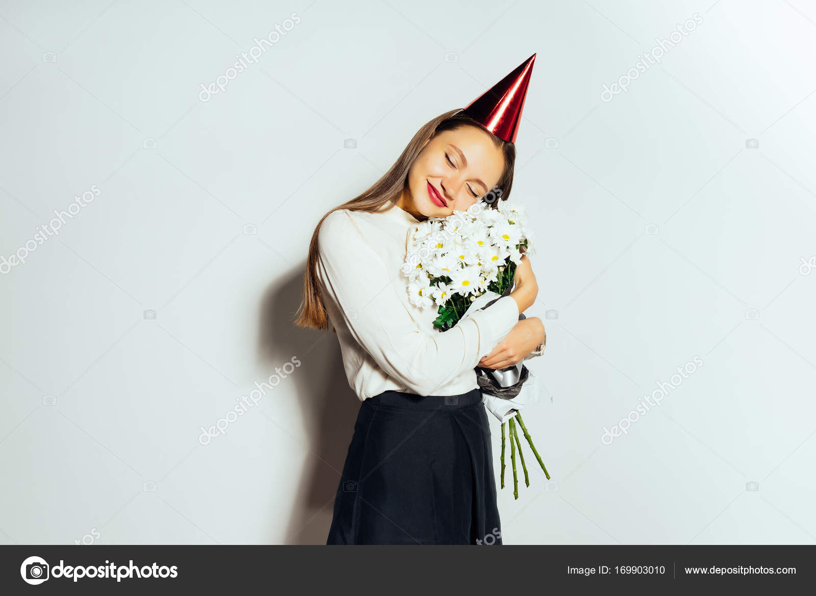 cute girl holding a bouquet of flowers. beautiful white daisies