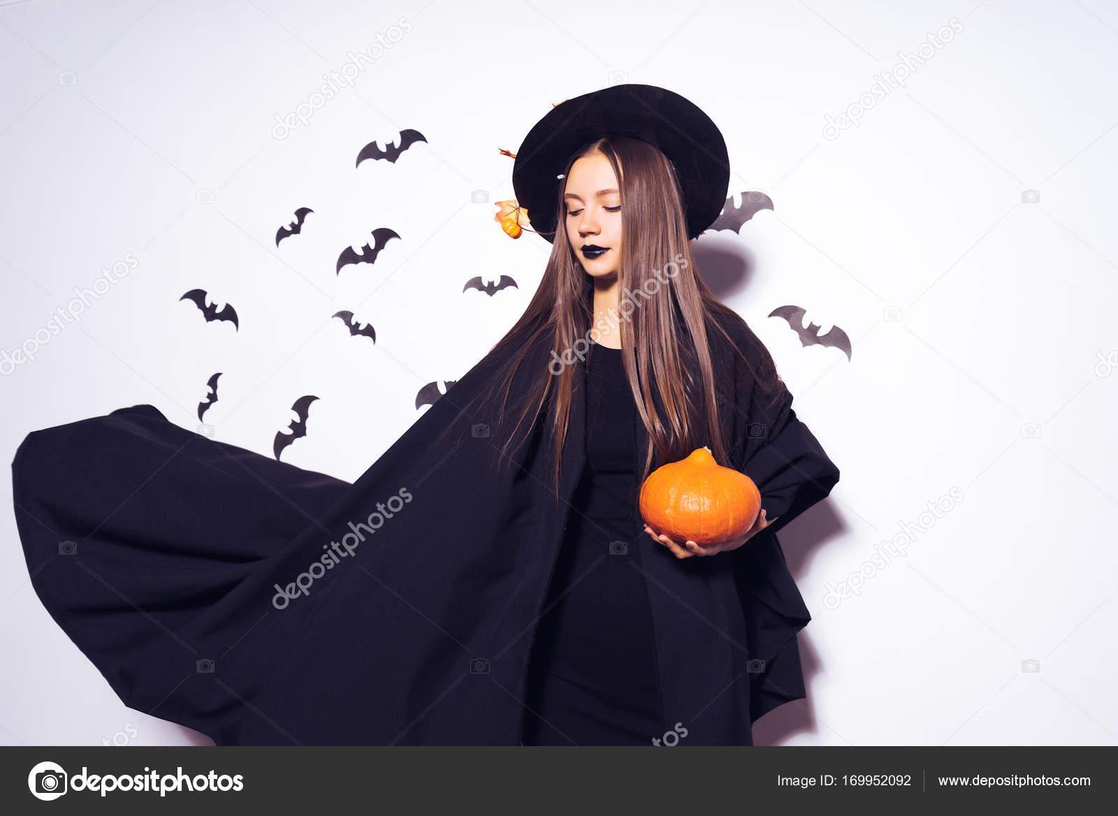 Das Mädchen verkleidet in eine Hexe für Halloween, in einen ...