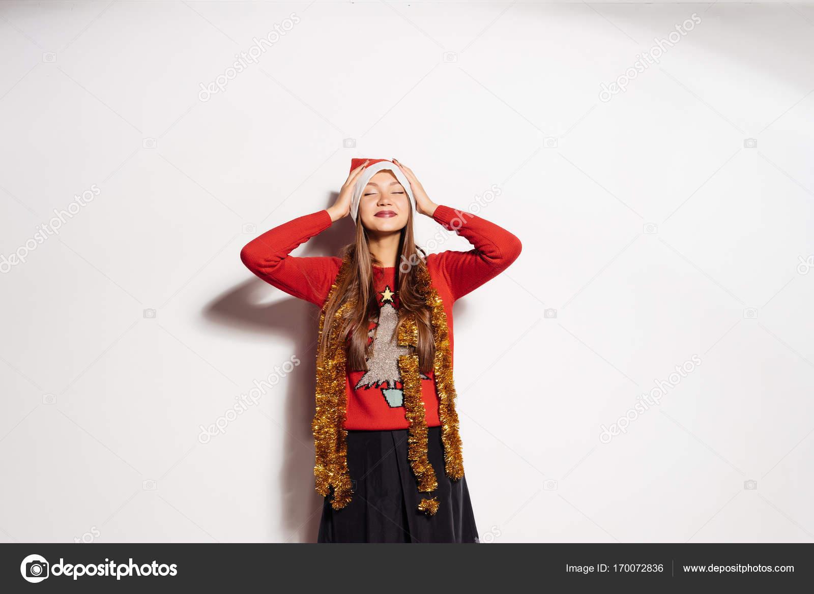 schöne Mädchen in eine Silvester-Party-Kleid. Bald ein neues Jahr ...