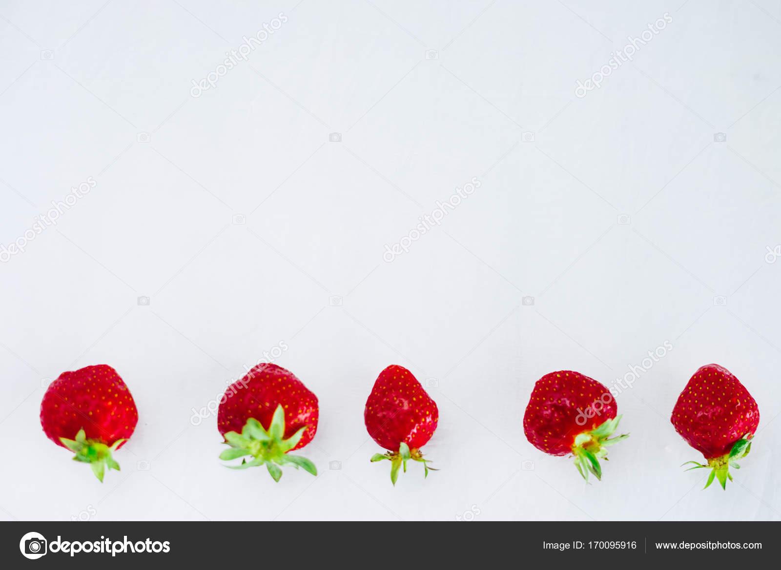 Frutas de fresas dieta saludable cruda fresca en placa, aislado en ...