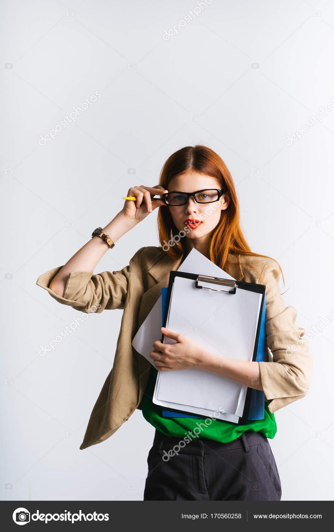 738338c878a967 Een moderne zeker jong meisje met bril is een map met belangrijke  documenten te houden en