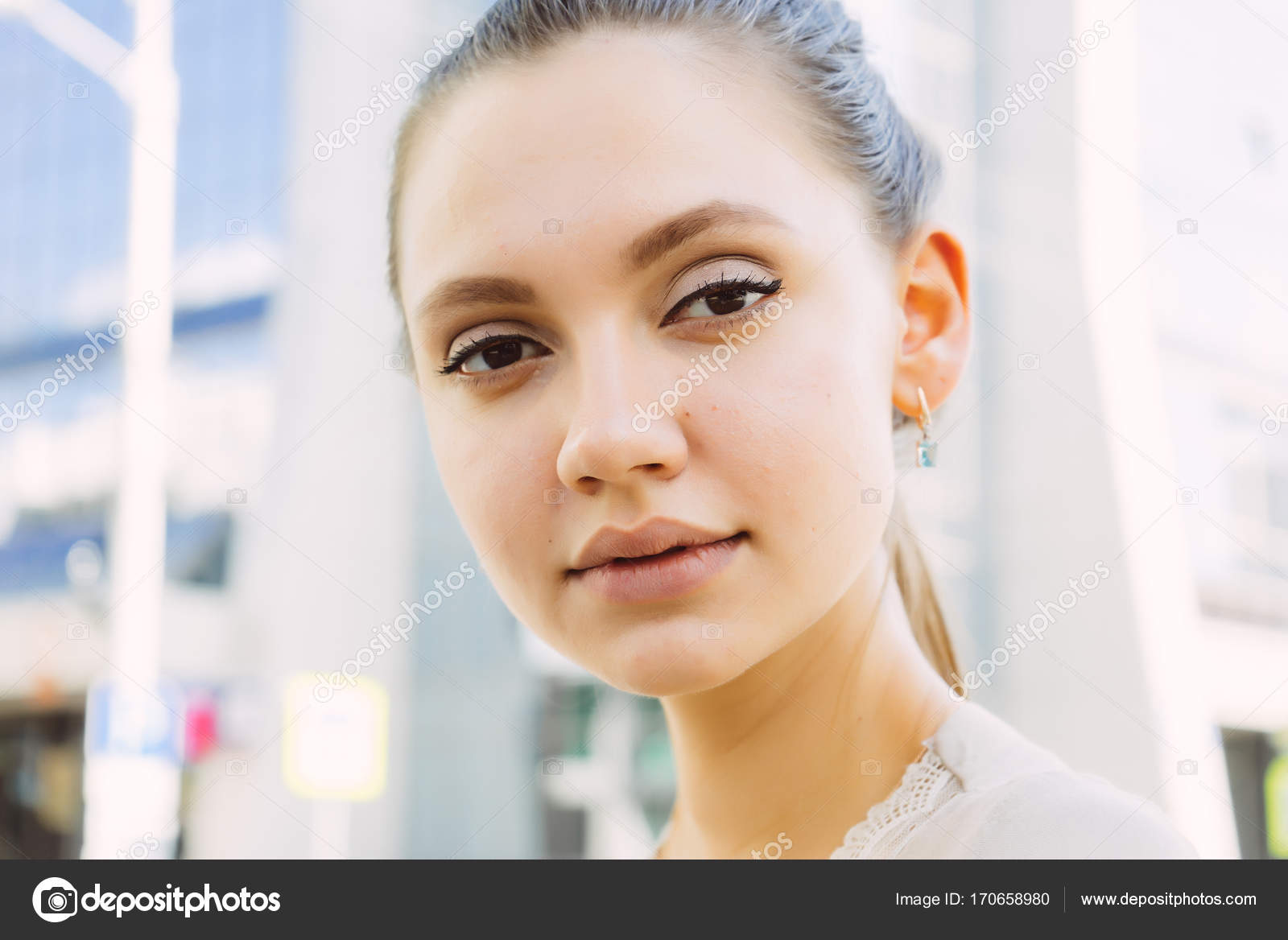 Прямо на лицо девушки фото