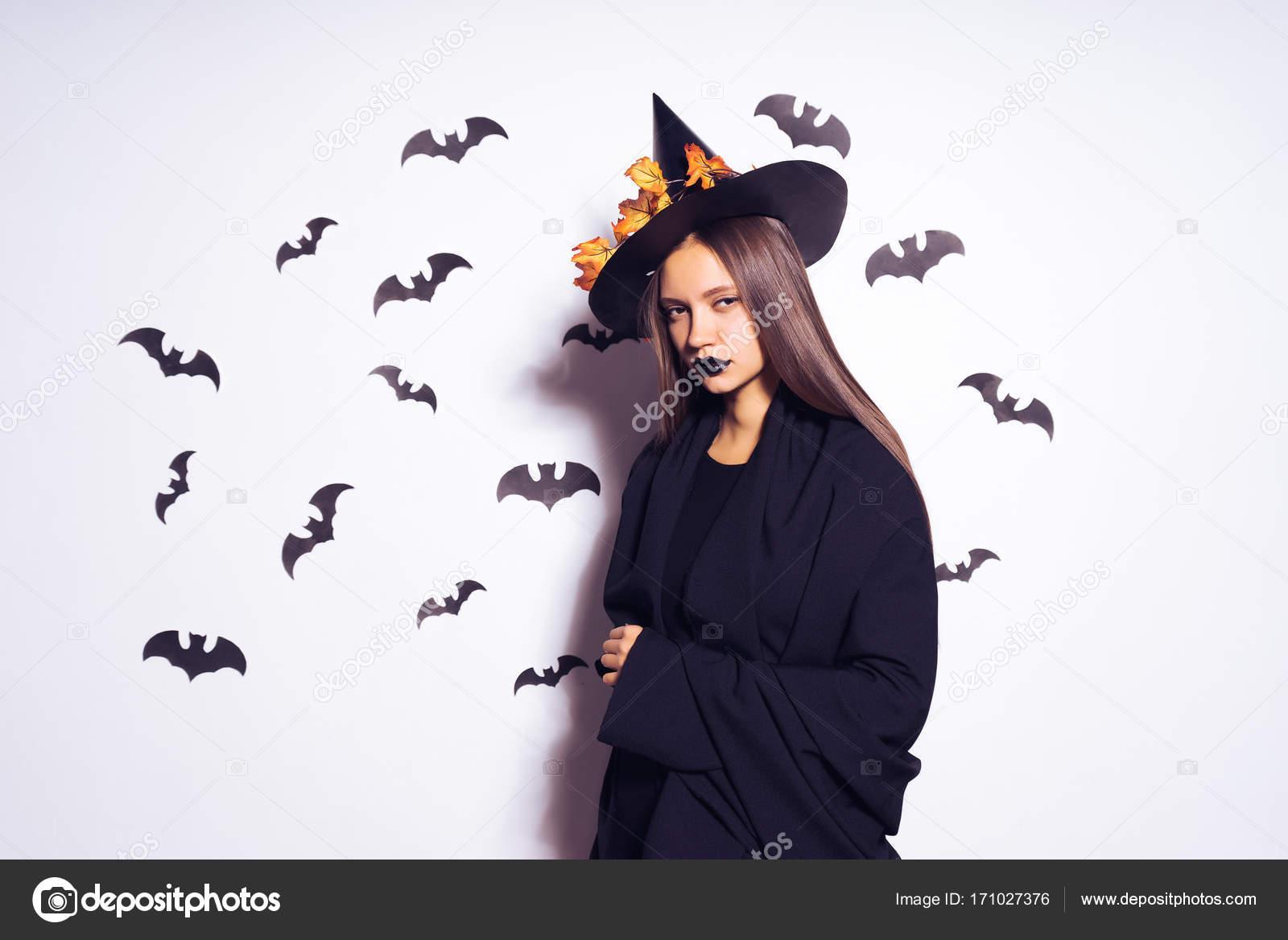 Vestiti Halloween Strega.Una Giovane Ragazza Gotica Sexy Festeggia Halloween Vestito Di Una