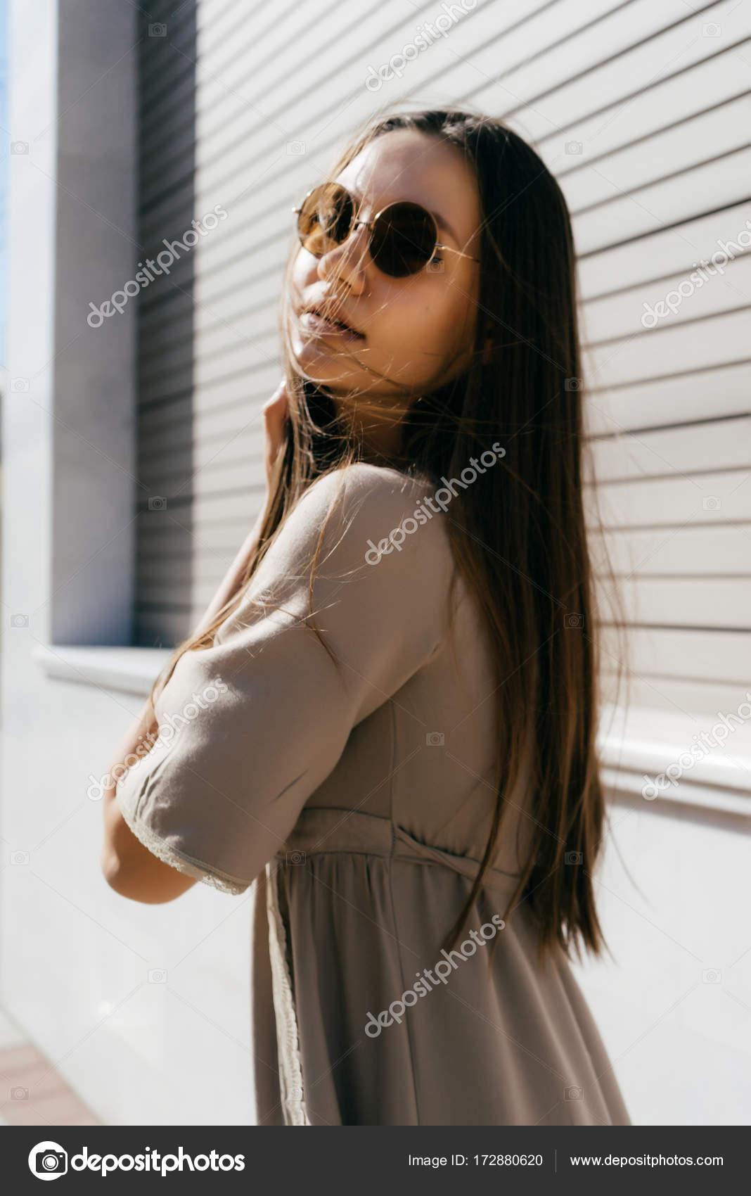 5eb70b77cc ελκυστική κοπέλα σε ένα μπεζ φόρεμα