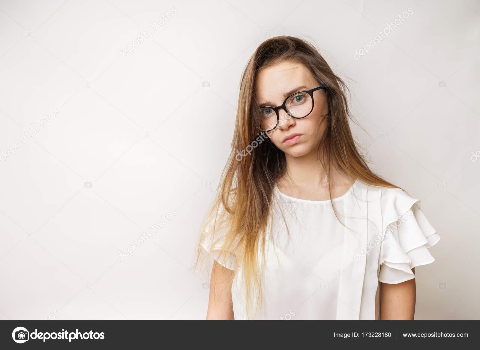 26dc0c066d θλιβερή νεαρή κοπέλα με μακριά ξανθά μαλλιά