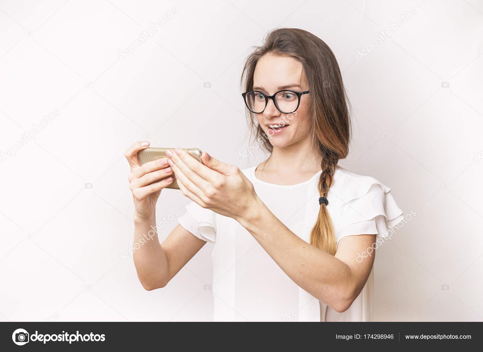Frau bekam eine gute Nachricht, überrascht Gesicht mit Brille und ...